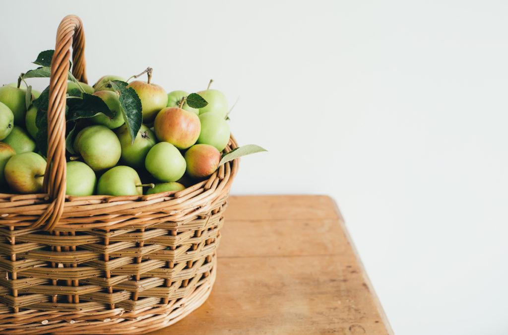 Un panier rempli de belles pommes