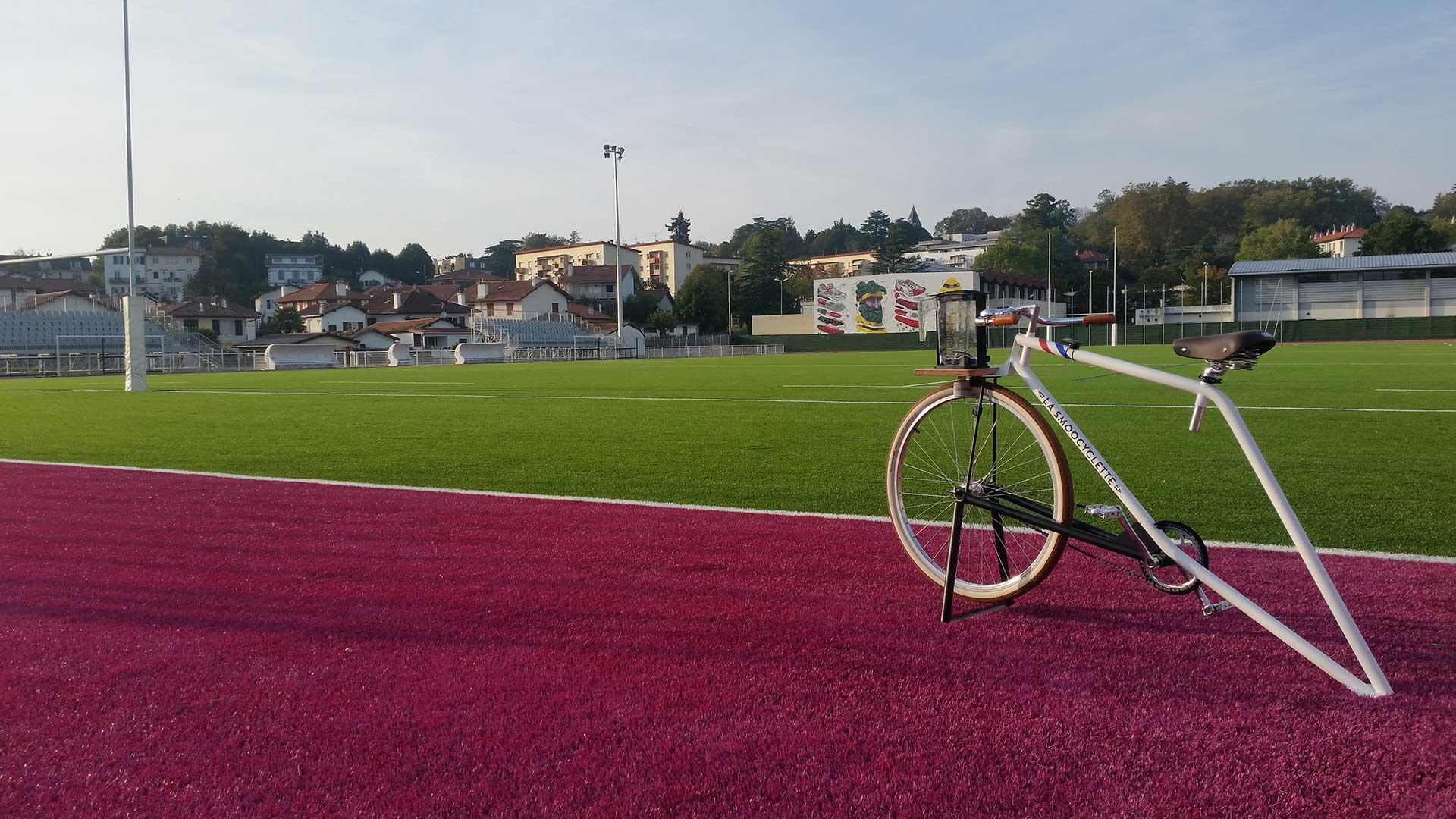 Notre vélo-smoothie tranquillement installé au bord d'un stade