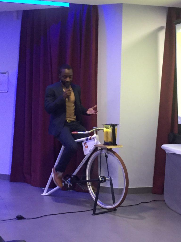 Le fondateur de la Smoocyclette mixe un smoothie en guise de présentation