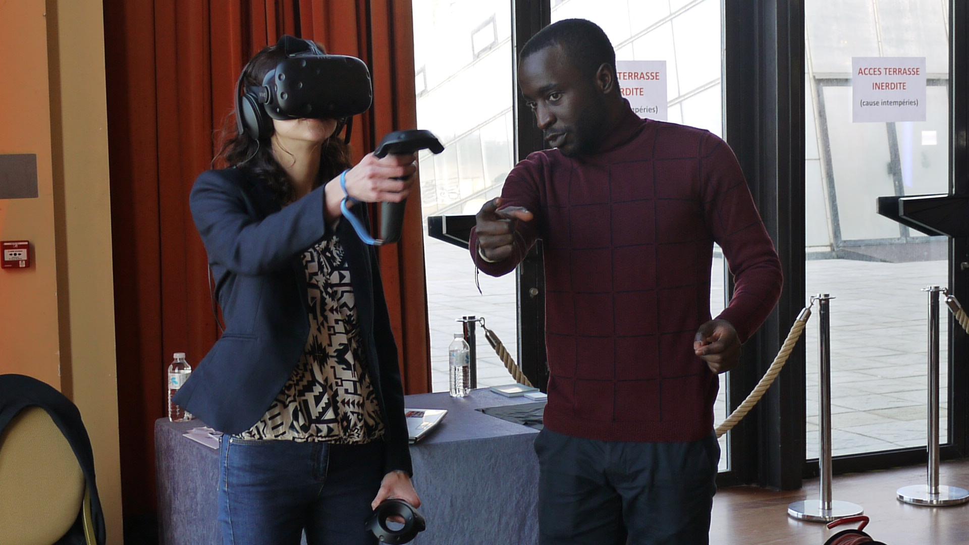 L'animateur de l'agence Poza explique la prise ne main de l'animation réalité virtuelle