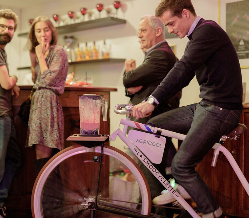La Smoocyclette, le Vélo Smoothie en train de mixer des fruits frais