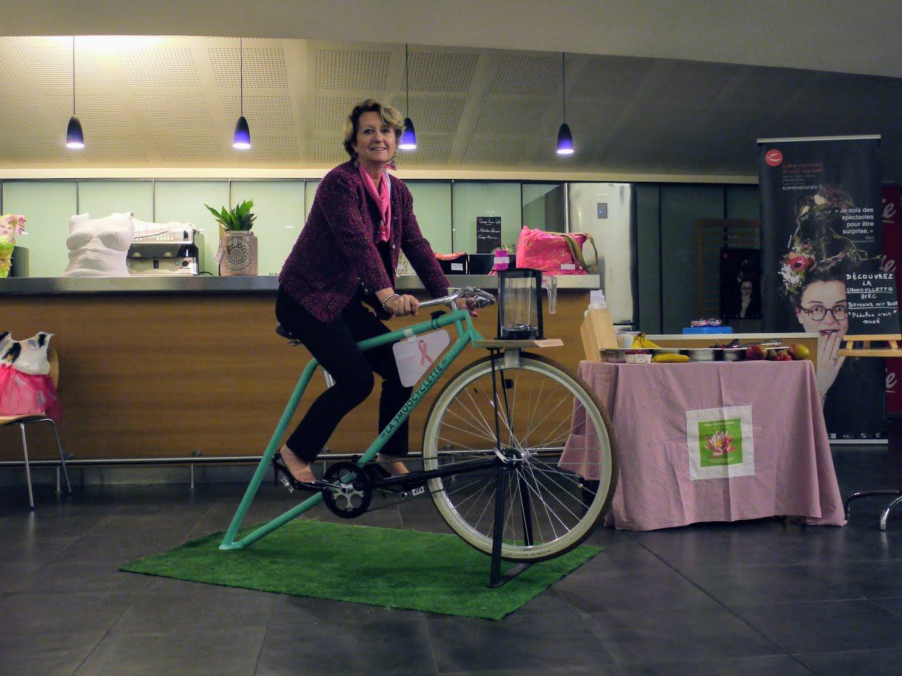 Personne sur notre vélo smoothie pour Octobre Rose